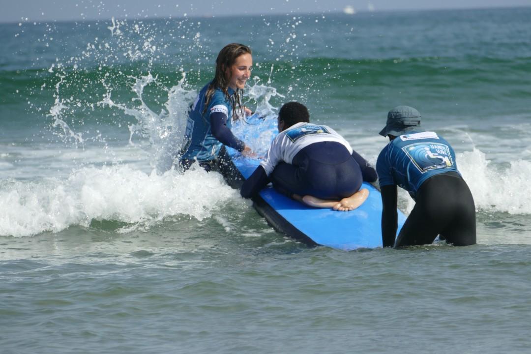 Quand tous les handicaps se dissolvent dans l'eau, une journée Handi Surf à Hendaye
